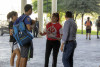 Activistas aclarando dudas de estudiantes