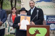Acto de Proclamación para celebrar el 3 de marzo como Día Mundial de la Vida Silvestre en San Antonio, Texas, Estados Unidos, de acuerdo a la fecha instaurada por la ONU en la resolución 68/205. En la foto: el Embajador Mundial de la Paz Dr. William Soto Santiago y el comisionado del condado de Béxar Tommy Calver