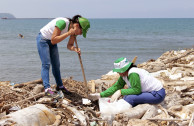 Volunteers cleaning Puerto Colombia