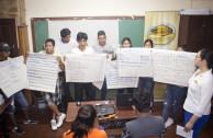 estudiantes presentando