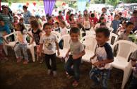 niños tocando palmas