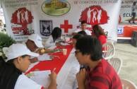 Jóvenes activistas, ayudando a llenar los formularios con los datos
