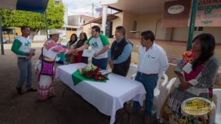 entrega de propuestas a activistas por la paz