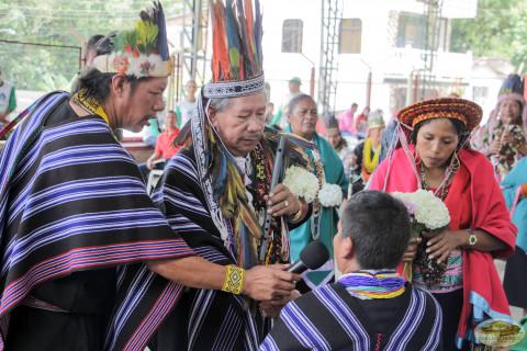 indígenas celebrando