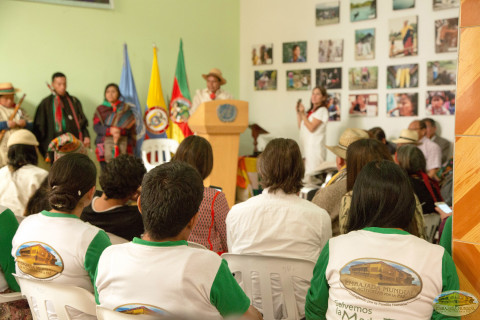 indígena dando
