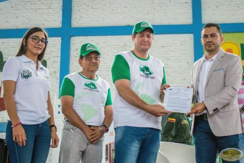 Decreto 27 siendo entregado en la Feria Ambiental de la Ciencia y la Innovación Verde Vivo