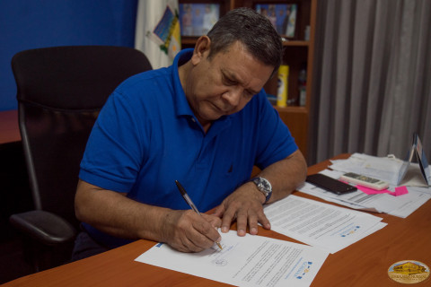 Dr. Guillermo Dominguez De León firma proclama
