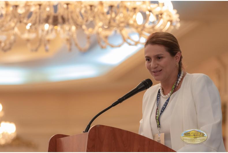 Paola Holguín moderadora