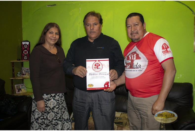 La familia participante recibe certificado