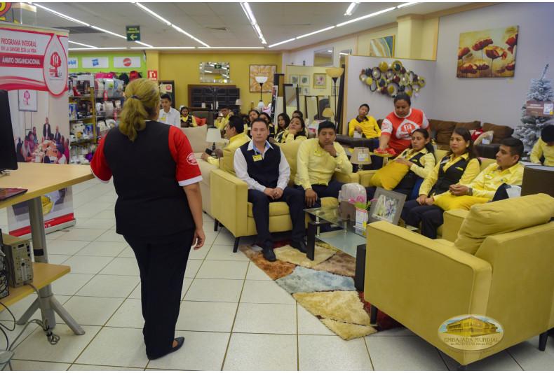 Trabajadores atentos a la sesión educativa