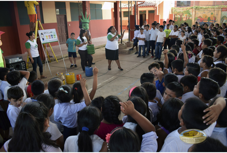 Voluntarios dictando taller ambiental