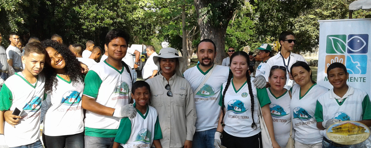 voluntarios limpiando bosque