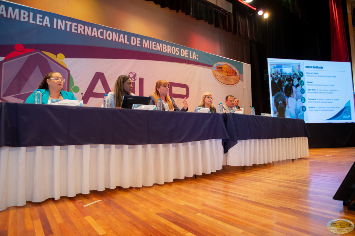 The GEAP presents the Chair for Peace in the II Assembly of Universities
