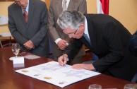 """Firma del Acta de la Placa """"Huellas para no olvidar"""" por parte del Vicepresidente de la República de Costa Rica."""