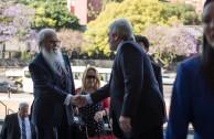 Llegada a la Universidad de Buenos Aires del Dr. William Soto y siendo recibido por el Dr. Gregorio Flax, director de la cátedra de Discriminación, Genocidio y Holocausto.