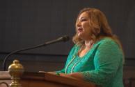 Carmen Salzano, Maestra de Ceremonia de la Sesión Educativa de la CUMIPAZ dio la bienvenida a los directivos, autoridades académicas internacionales y la sociedad civil presentes en la Cumbre de Integración por la Paz.