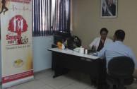 activista presentando programa en la sangre esta la vida