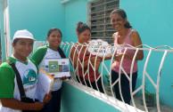Activistas recorriendo las casas