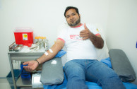 activista donando sangre