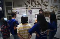 Jóvenes en galería fotográfica del Holocausto