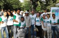 voluntarios limpiando bosque