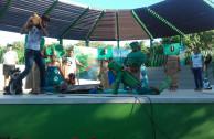 """Niños del Barrio El Pozón y Activistas de la EMAP de Cartagena presentando la obra de teatro """"La Madre Tierra Pide Ayuda"""