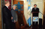 Sr. Carlos Ramiro Santiago Morales, Embajador de Guatemala recibiendo la placa de la familia Halstuch