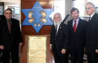 "Minister of Foreign Affairs of Panama receives the campaign ""Traces to Remember"""
