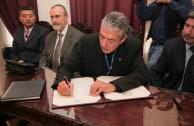 El rector de la Universidad recibió la placa de manos del Embajador de Guatemala.