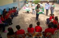 Niños aprenden los derechos de la madre tierra.
