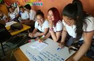 Alumnas aprendiendo