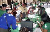 Mexicanos firmando.