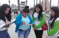 Jóvenes en la Firmatón en Perú