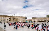 Activistas por la Paz desfilan hacia la Plaza de Bolívar para agradecer a los héroes por la vida