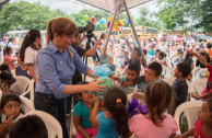 Gabriela Lara delivering gifts to the children of the shelter.