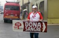 Activista invitando a la donacion de Sangre