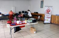 Personas donando sangre