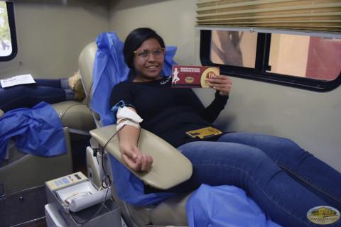 Jóvenes donando sangre.