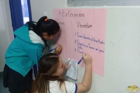 Estudiantes participando