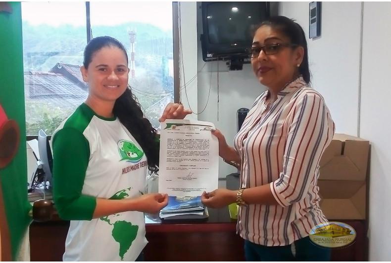 Representante de la alcaldía de Belén de Umbría entrega proclama