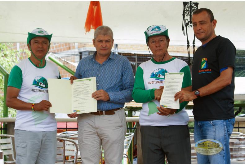 Entrega del Decreto 077 por el alcalde de Buenavista y representante de UMATA