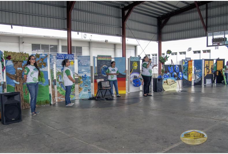 Guardianes por la Paz de la Madre Tierra realizando exposición de los módulos.