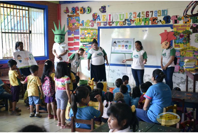 Estudiantes de educación inicial recibiendo las charlas ambientales