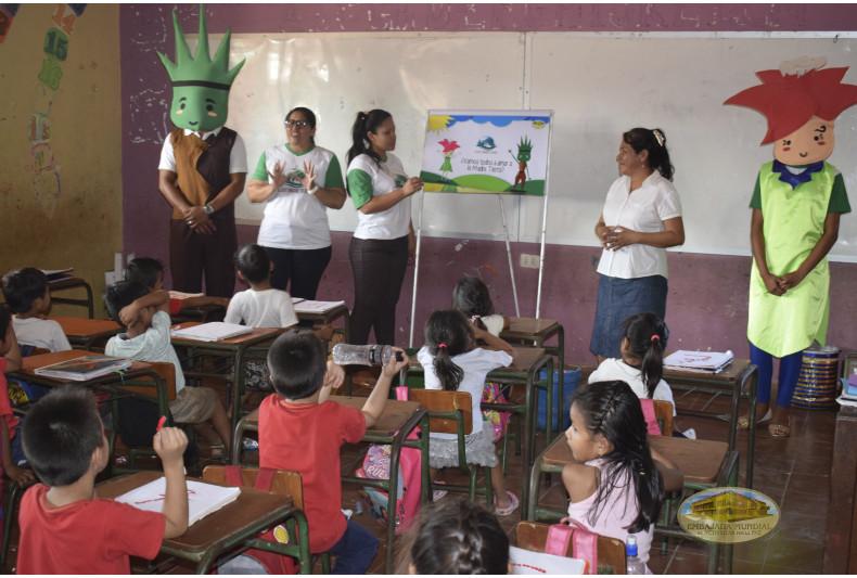 """Estudiantes recibiendo taller ambiental en en la Unidad Educativa """"José Natusch Velasco"""""""