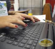 Activistas digitalizando.